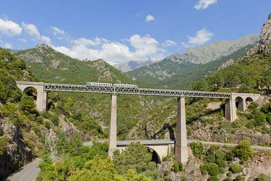 Im Zug über die Brücke von Gustave Eiffel Richtung Venaco