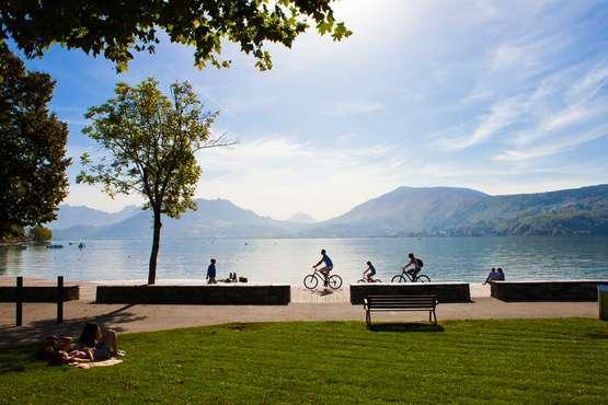 Piste cyclable © F. Cavazzana, OT Annecy