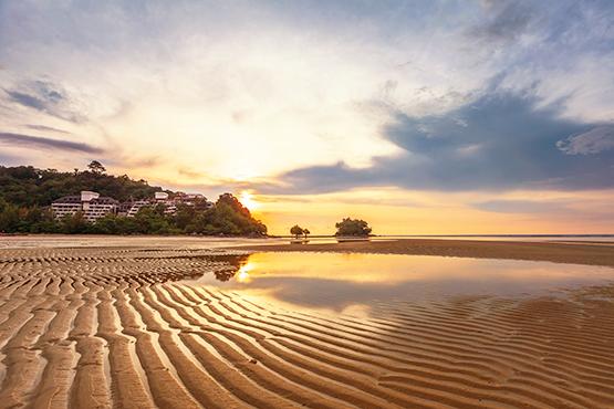 L'immensité de la grande bleue, le clapotis des vagues, la douceur du sable sous vos pieds... A la simple vue de la mer, vous ressentez l'appel de l'horizon, votre esprit s'évade. Vous êtes déjà en mode vacances.