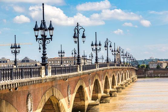 Sacrée n°1 des villes à visiter en 2017 par le Lonely Planet, Bordeaux vous accueille pour un voyage en groupe d'exception!