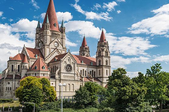 Mêlant l'ancien et le nouveau, la tradition et la modernité, la capitale autrichienne offre de nombreux contrastes.