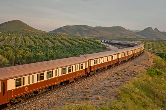 Durchqueren Sie Andalusien an Bord des Zuges Al Andalus, eines luxuriösen rollenden Palastes im Stil der Belle Époque.